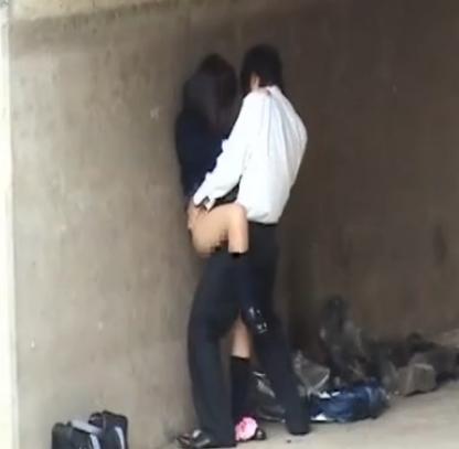 (カップル秘密撮影)高校生の男女が河川敷で青姦を隠し撮り☆セイフク来たまま、立ちBACK生生入れww