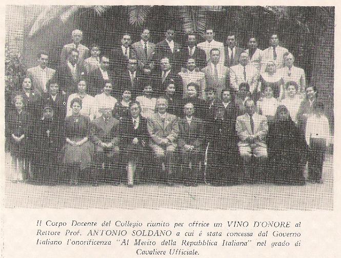Cuerpo Docente del Colegio Santa Margarita (1957), con el Profesor Dr. Lizarbe en la tercera fila al centro. Fuente: revista del Colegio Italiano
