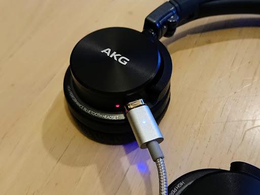 [写真]Bluetoothヘッドホンに挿したところ