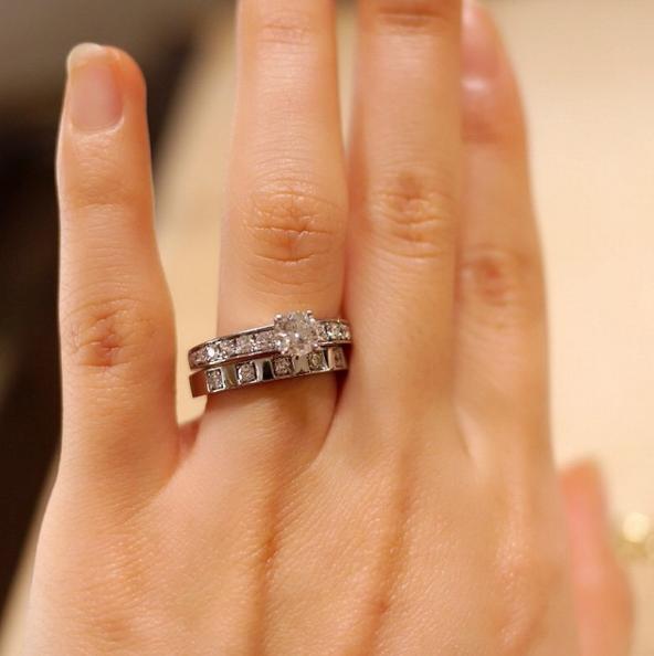e04f9811e869 マリー・ミー・リングと、ほかのブランドの結婚指輪との重ね着け♡ 大粒のダイヤがとっても華やかで素敵!