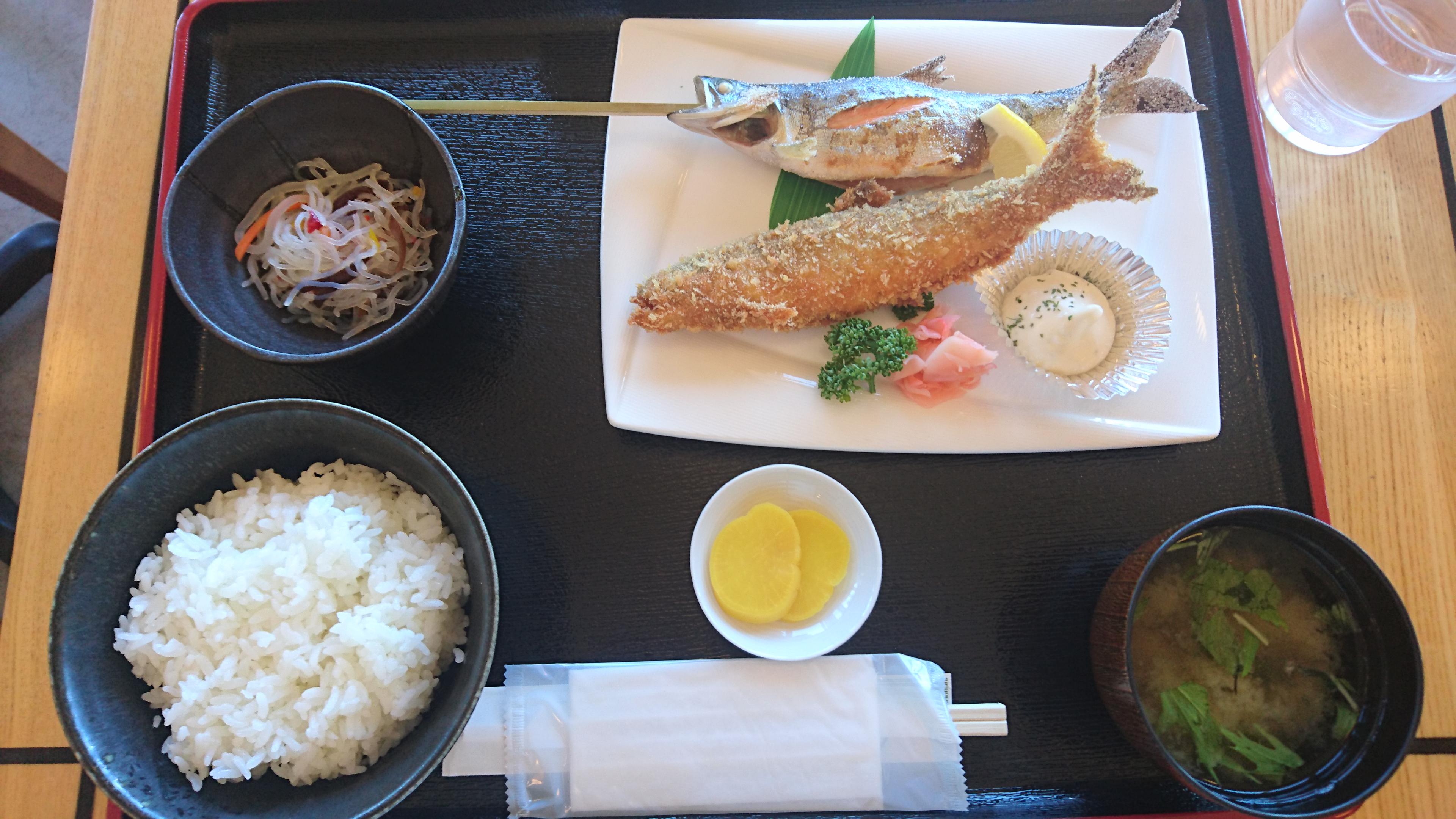 ポロピナイ食堂で食べたヒメマスの姿焼きとフライ