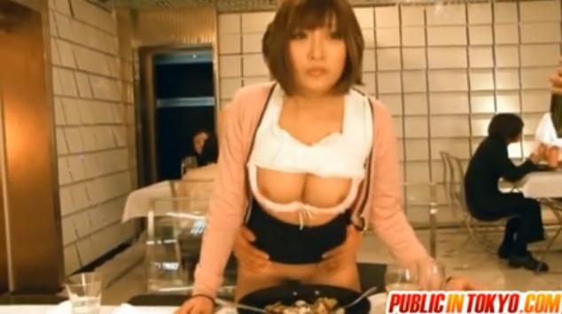 明日花キララ:むちむちな巨乳の痴女女子アナが激しく突かれながらもレポートを続け喘ぎまくり。
