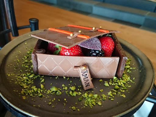 [写真]チョコレートのトランクに入った数種類のベリー