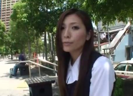 椎名ゆな:同僚の美人OLとランチついでに個室トイレでこっそりセックス