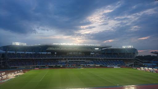 [写真]雨上がりで蒸し蒸しのスタジアム