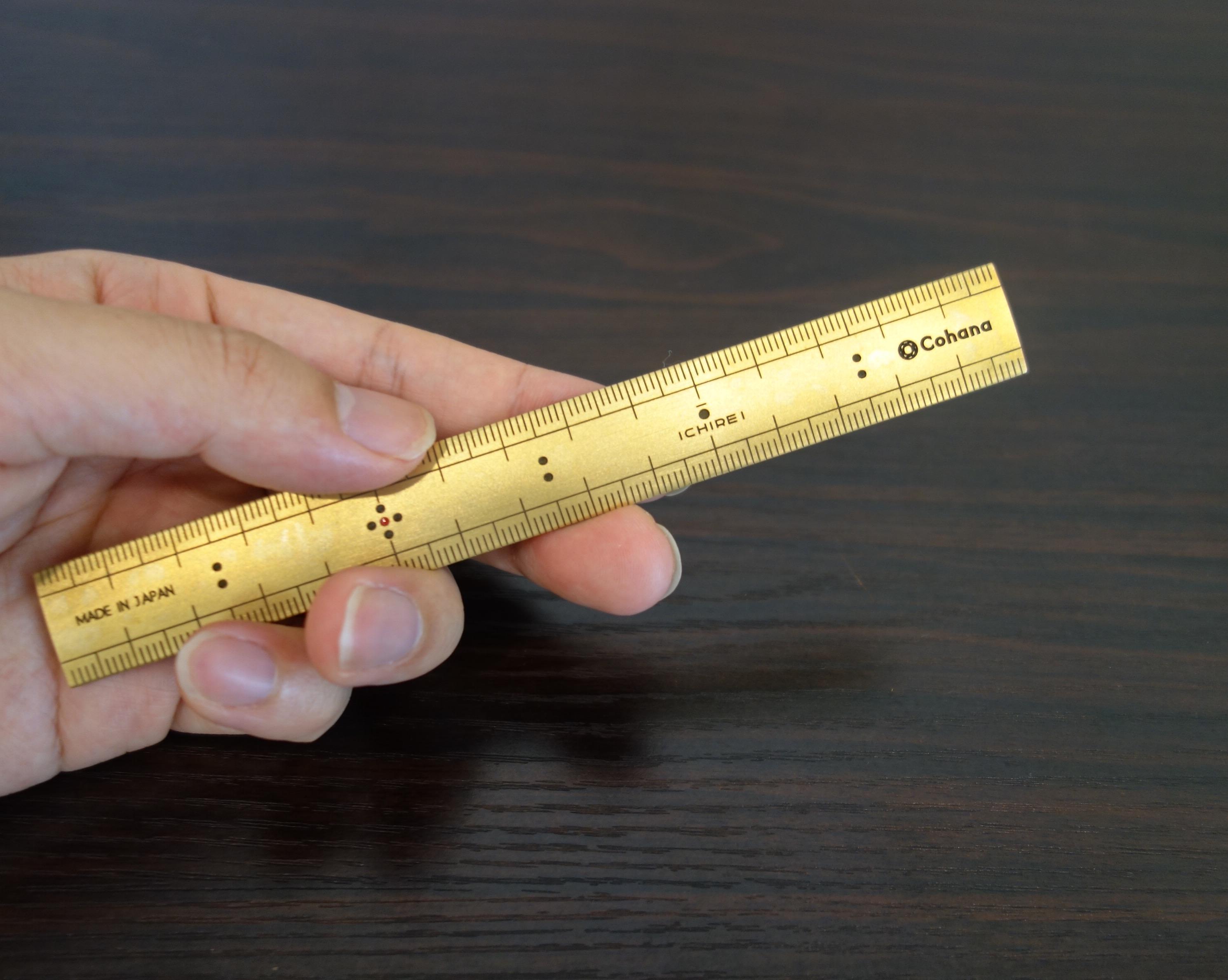 真鍮の竹尺 手に持った図