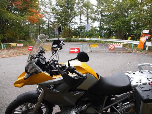 [写真]十石峠側にて。バリケードにまるで「バイクくらいは通れるよ」とでも言いたげな隙間があるのがいやらしい。騙されないよ。