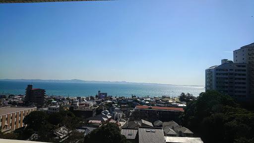 [写真]会議室の窓から海を望む