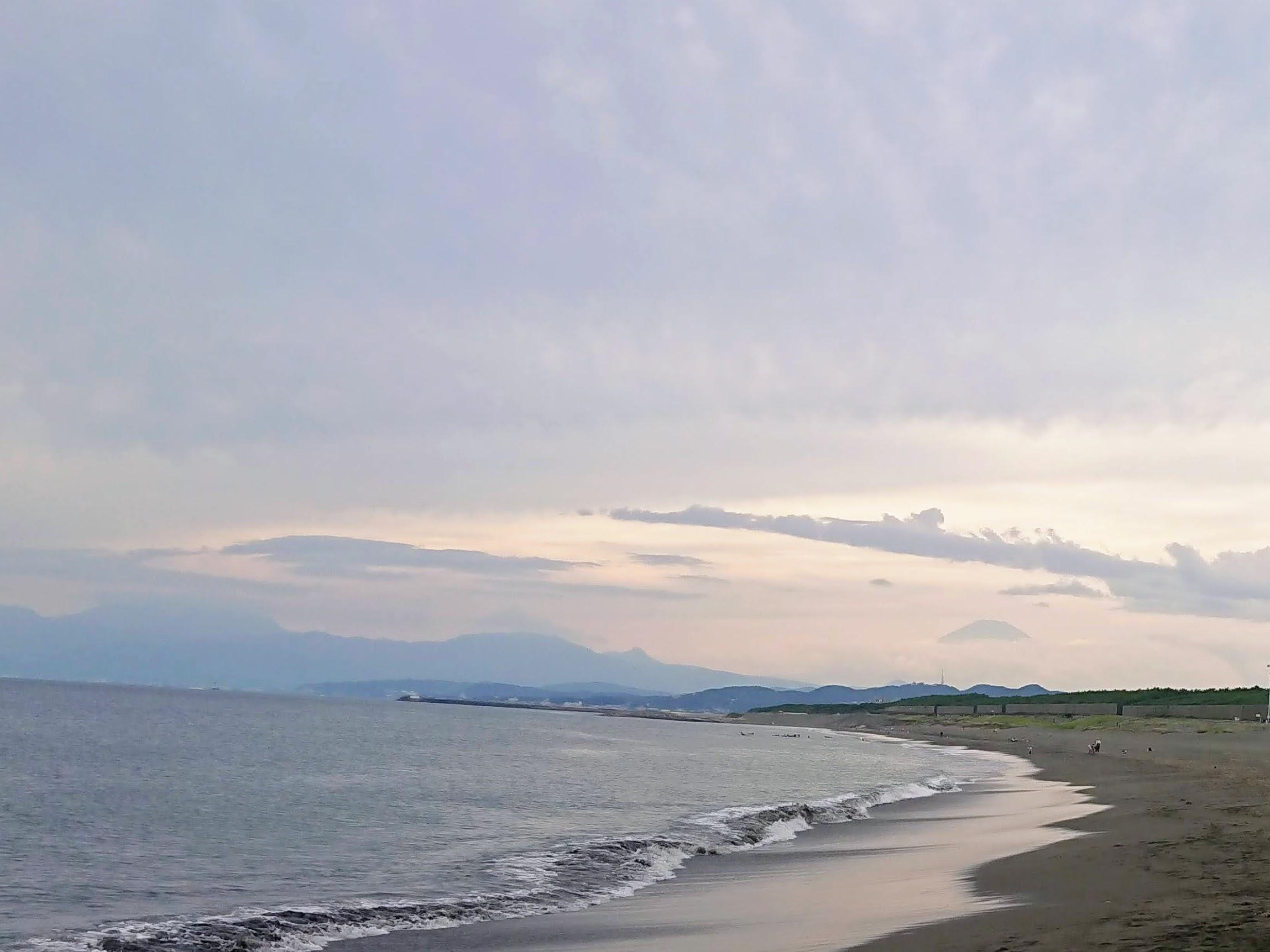[写真]茅ヶ崎海岸から富士山をのぞむ
