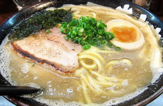 日本のラーメン店 3.5万店舗 市場規模は5,560億円 食されるラーメン年間3.8億杯 4