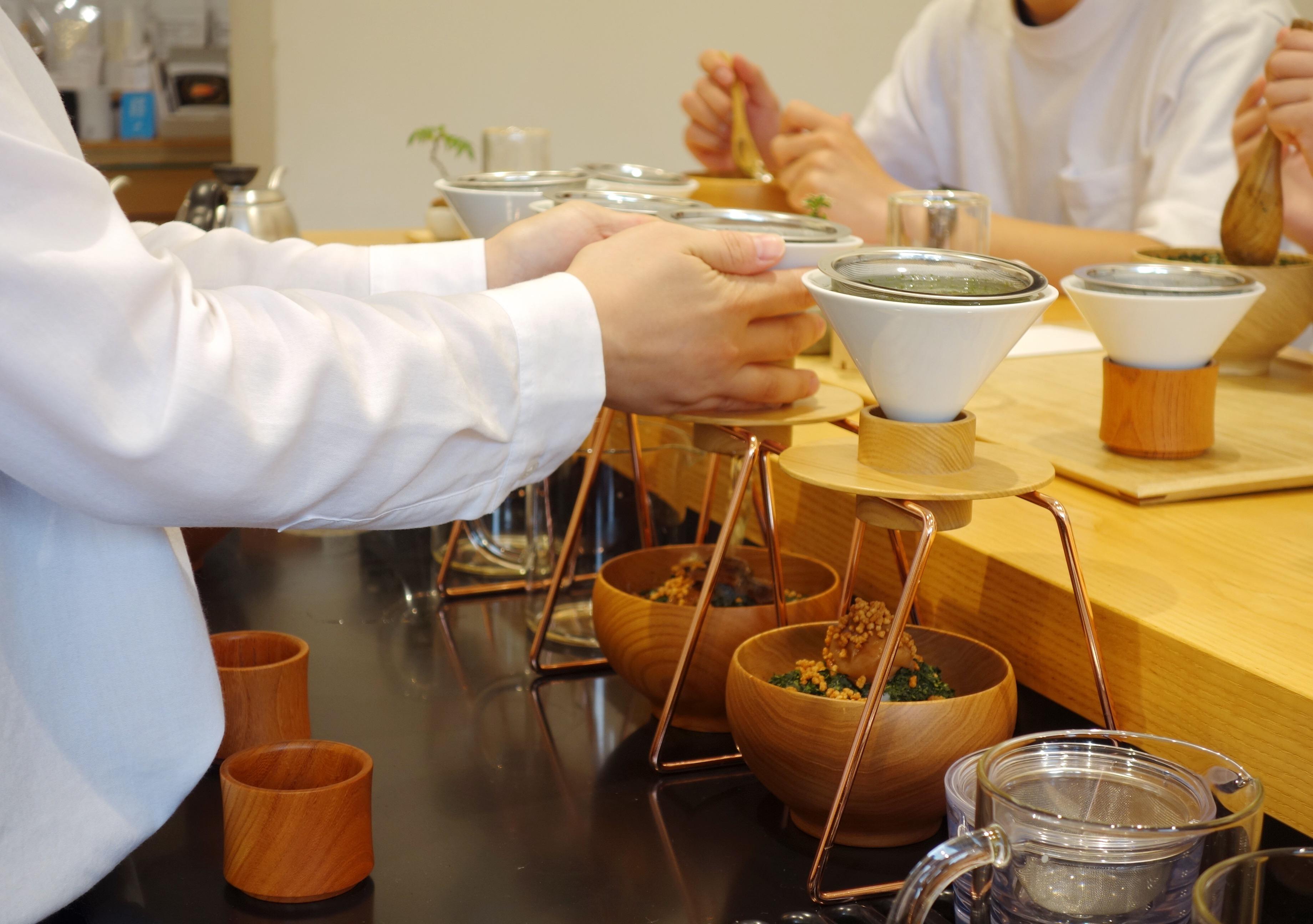 東京茶寮 お茶を注ぐ